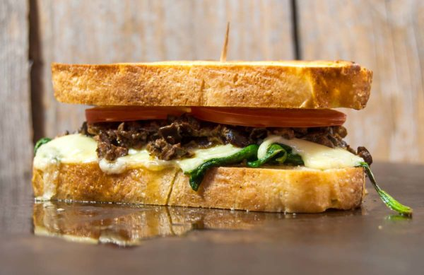Grilled sandwich with spinach and tapenade